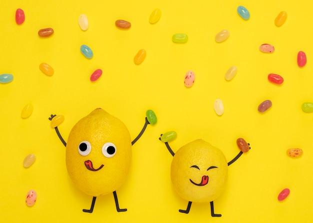 Draufsicht zitronen mit süßigkeiten