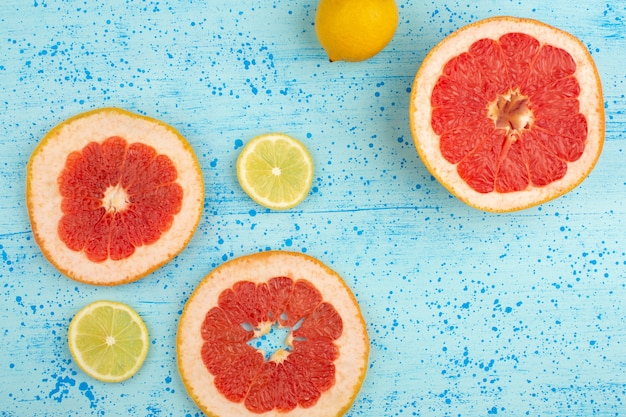 Draufsicht zitrusscheiben grapefruit und zitrone in scheiben geschnitten weich sauer reif auf dem hellblauen boden