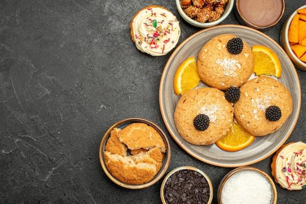Draufsicht zuckerkekse mit orangenscheiben auf dunkler oberfläche kekskeks süßer teekuchen