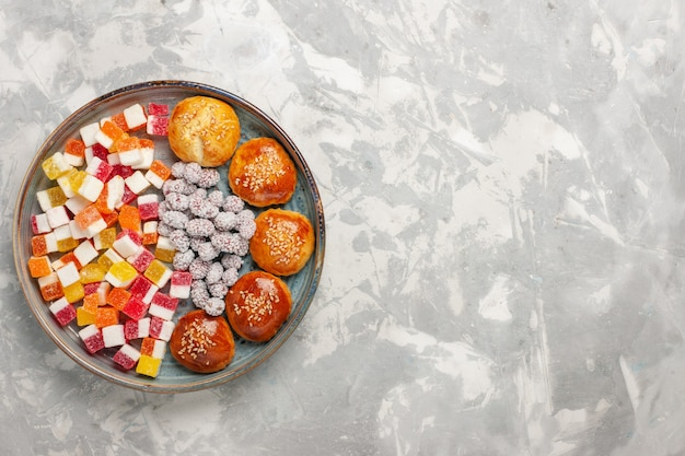 Draufsicht zuckersüßigkeiten mit kleinen brötchen auf weißer oberfläche