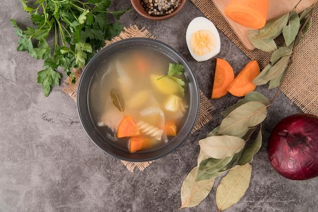 Draufsicht zutaten für suppe und ei