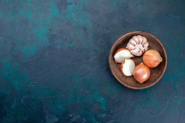 Draufsicht zwiebeln mit knoblauch auf dunkelblau