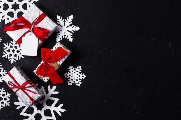 Draufsichtanordnung für verschiedene bunte weihnachtsgeschenke mit kopienraum