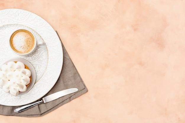 Draufsichtanordnung mit frühstück auf platte
