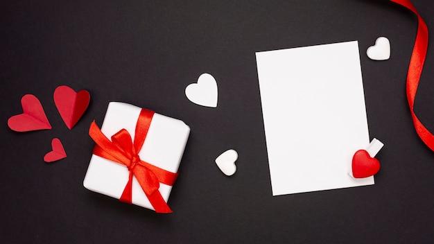 Draufsichtanordnung mit geschenk und blatt papier