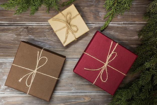 Draufsichtanordnung mit geschenkboxen auf hölzernem hintergrund
