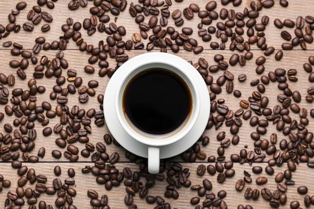 Draufsichtanordnung mit kaffeetasse und bohnen