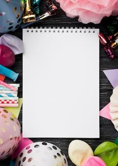 Draufsichtanordnung mit notizbuch und dekorationen