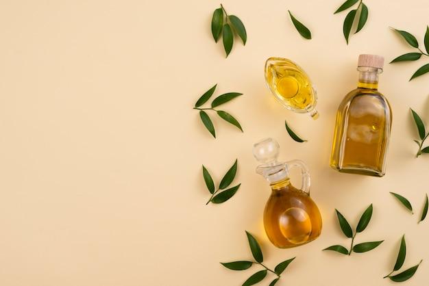 Draufsichtanordnung mit olivenöl und blättern