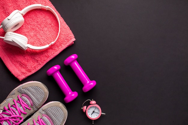 Draufsichtanordnung mit rosa sportlichen einzelteilen