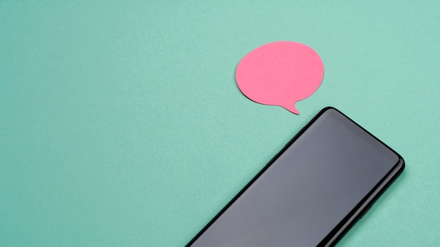 Draufsichtanordnung mit smartphone und haftnotiz