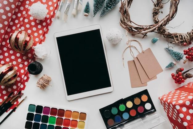 Draufsichtanordnung mit tablette und farbe