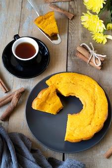 Draufsichtanordnung mit tasse tee und köstlicher torte