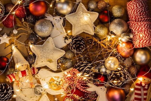 Draufsichtanordnung mit weihnachtskugeln und -lichtern