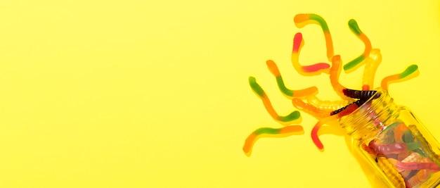 Draufsichtanordnung von bonbons auf gelbem hintergrund mit kopienraum