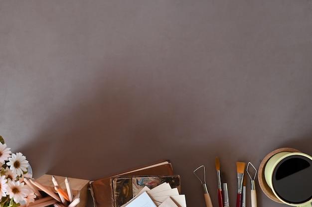 Draufsichtarbeitsplatz der schreibtischarbeit bucht kaffee, blumendekoration auf schreibtischkopienraum.