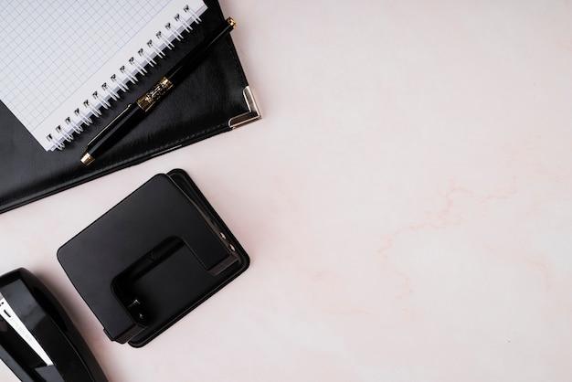 Draufsichtarbeitsplatz mit notizbuch und kopieraum