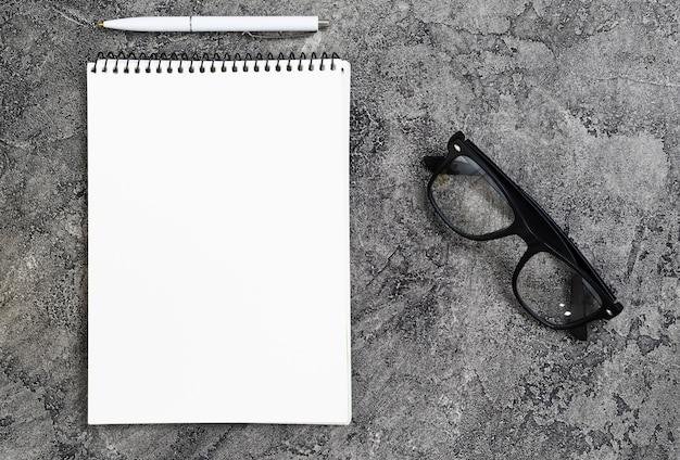 Draufsichtarbeitsplatzkonzept mit notizbuch