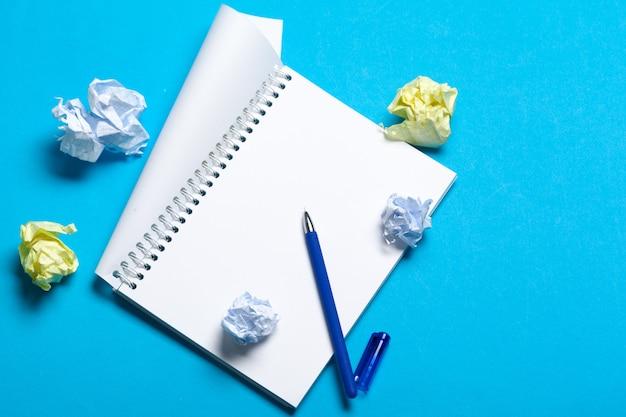 Draufsichtarbeitsplatzmodell auf blauem hintergrund mit notizbuch