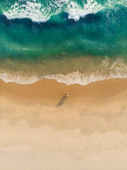 Draufsichtaufnahme der leute, die auf varkala strand gehen