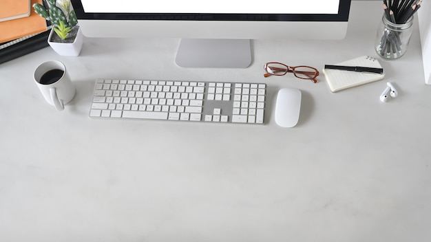 Draufsichtaufnahme des schreibtischs mit marmortisch. büroausstattung auf dem schreibtisch. modernes bürokonzept.