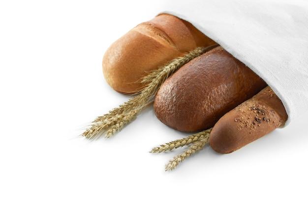 Draufsichtaufnahme von köstlichen brotlaiben, die in papier eingewickelt sind, mit hirse-lebensmittelzusammensetzung einzeln auf weißem exemplar, die frühstücksbrötchen essen, ladengeschäft bäckerei backkonzept.