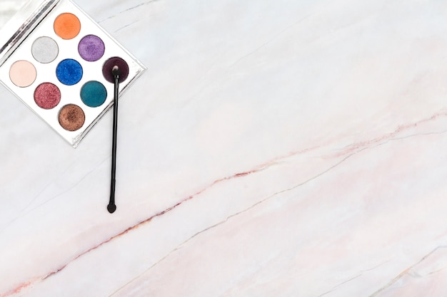 Draufsichtaugenschminkepalette auf marmorhintergrund