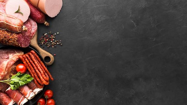 Draufsichtauswahl der salami und des fleisches mit kopienraum