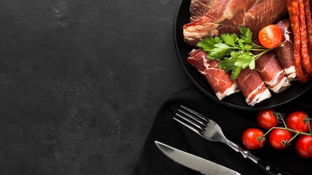 Draufsichtauswahl des frischfleisches auf dem tisch