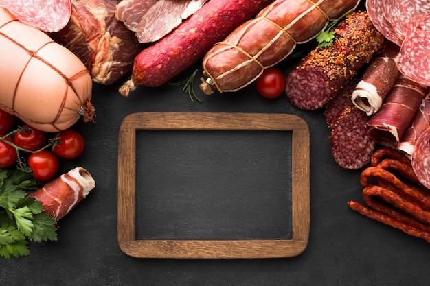 Draufsichtauswahl des geschmackvollen fleisches auf dem tisch
