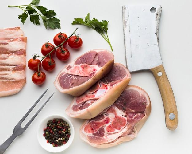 Draufsichtauswahl von frischen steaks auf dem tisch