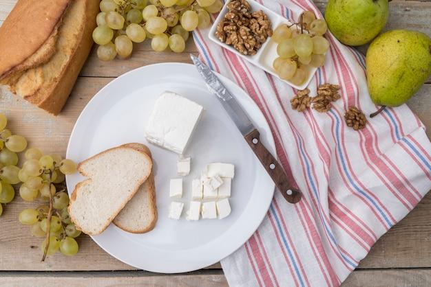 Draufsichtauswahl von trauben und von walnüssen mit käse