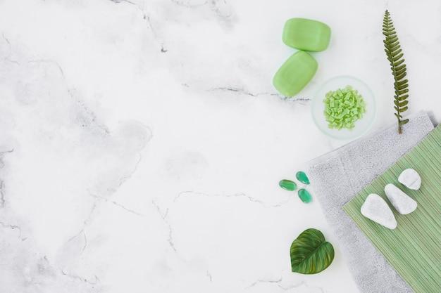 Draufsichtbadprodukte auf marmorhintergrund mit kopienraum
