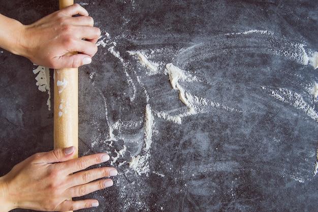 Draufsichtbäcker, der brett mit mehl zubereitet