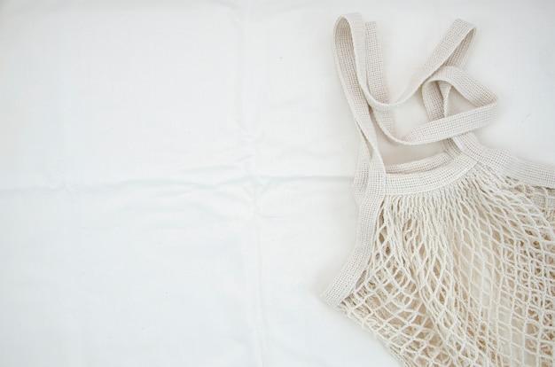 Draufsichtbaumwollnetztasche auf weißem hintergrund