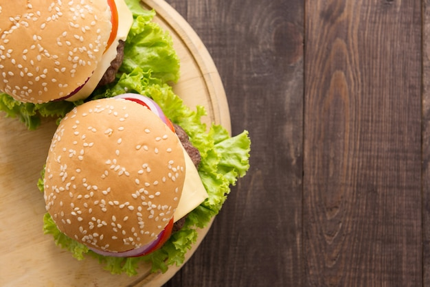 Draufsichtbbq-hamburger auf dem hölzernen hintergrund