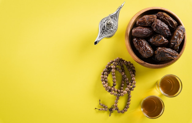 Draufsichtbild der dekoration ramadan kareem, dattelfrucht, aladdinlampe und rosenkranzperlen