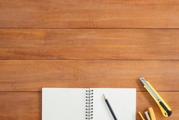 Draufsichtbild des offenen notizbuches mit leerseiten auf holztisch