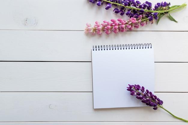 Draufsichtbild des offenen notizbuchs mit leeren seiten auf hölzernem hintergrund