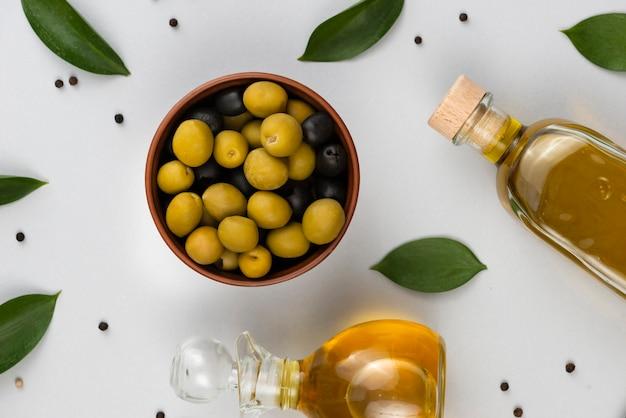 Draufsichtblätter und vielzahl von oliven