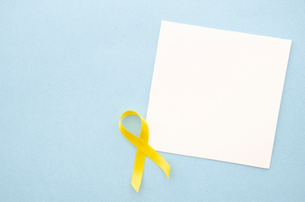 Draufsichtblatt papier auf blauem hintergrund