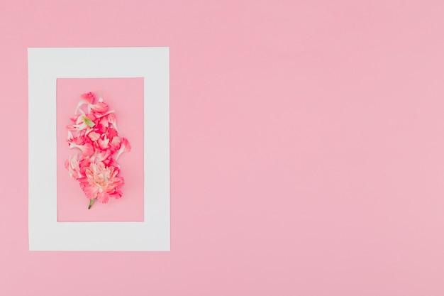 Draufsichtblumen innerhalb des rahmens mit kopienraum