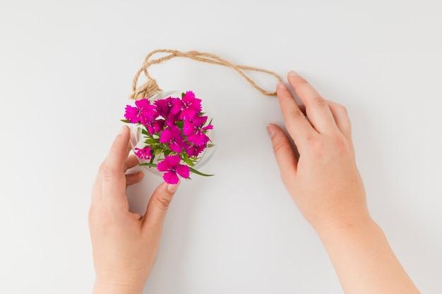 Draufsichtblumen mit den händen