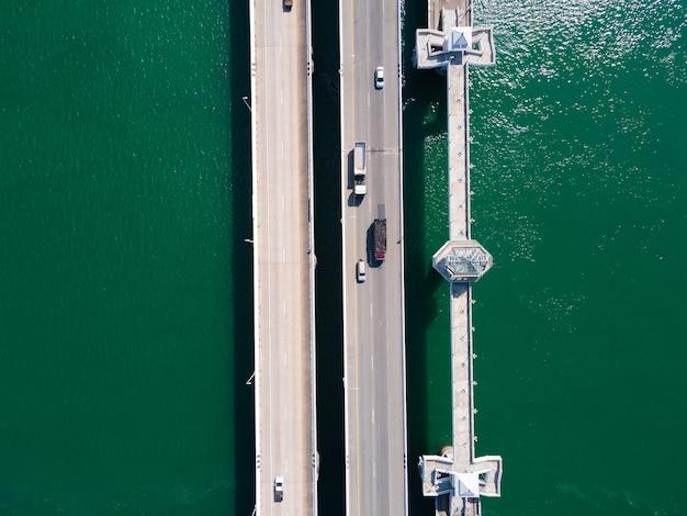 Draufsichtbrücke auf dem see und transport