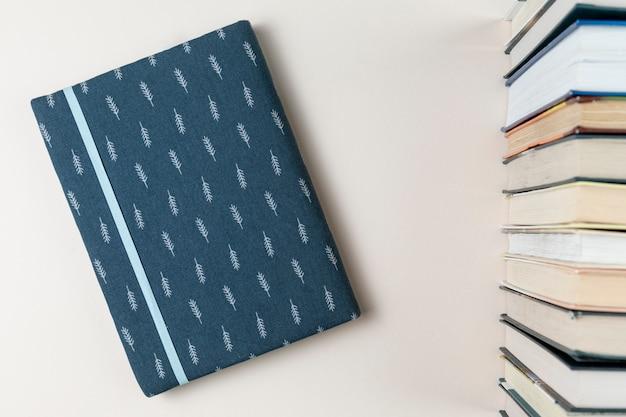 Draufsichtbücher mit weißem hintergrund