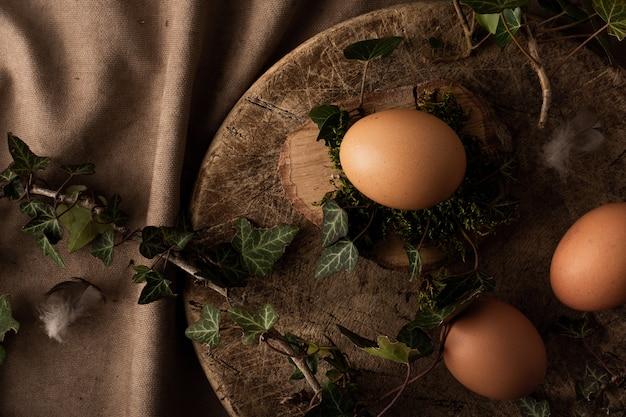 Draufsichtbündel konzept der eier auf dem tisch