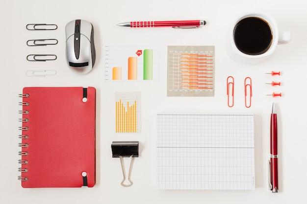 Draufsichtbüromaterial auf einer tabelle