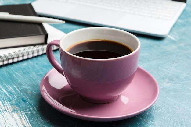 Draufsichtbüromaterial mit laptop und kaffee