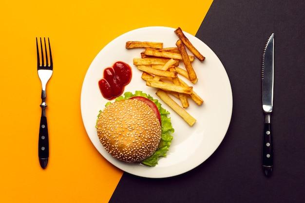 Draufsichtburger mit pommes-frites auf einer platte