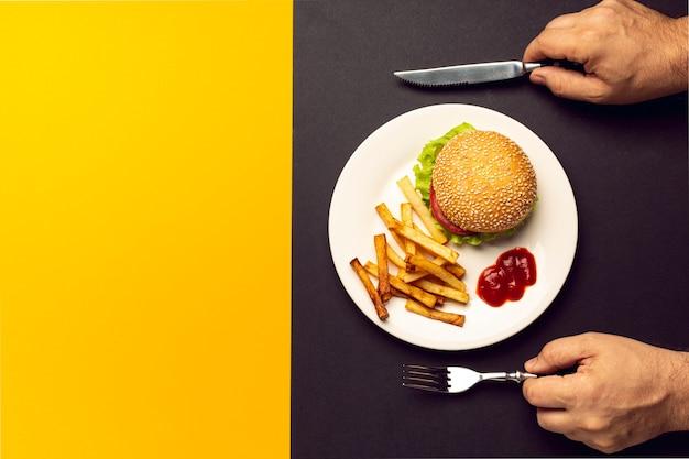 Draufsichtburger mit pommes-frites mit kopienraum